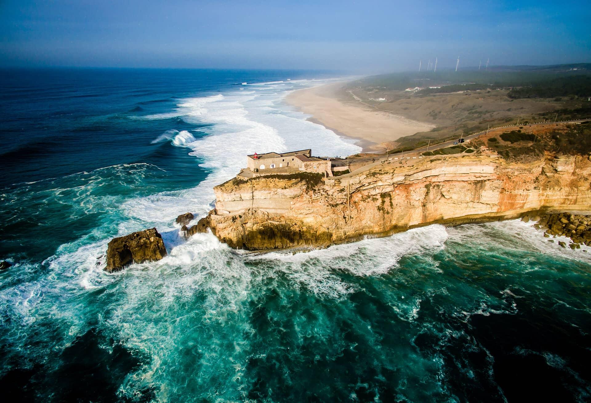 Udsigt over klipper ned mod havet i Portugal.