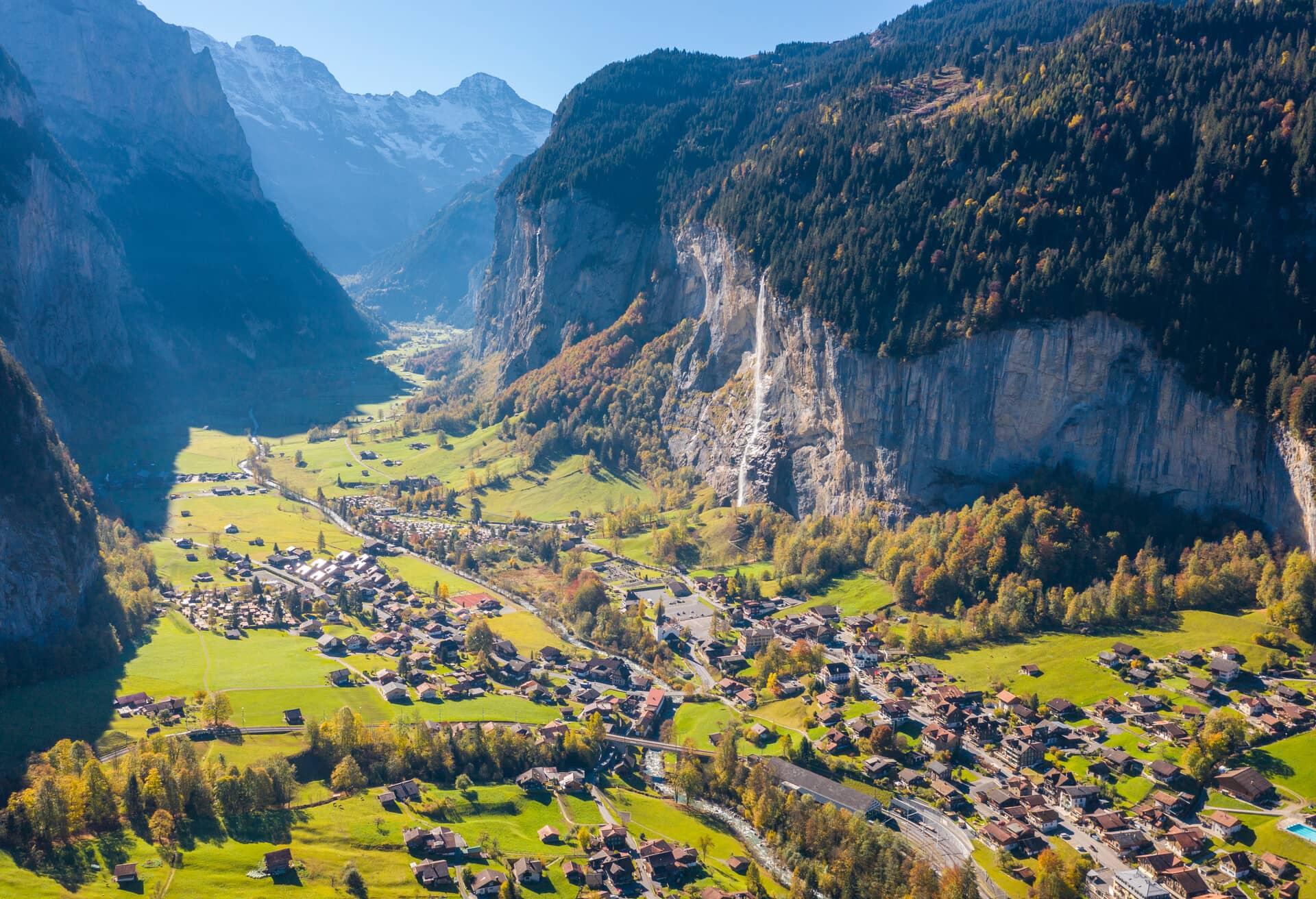 Imponerende udsigt over landskab i Schweiz.