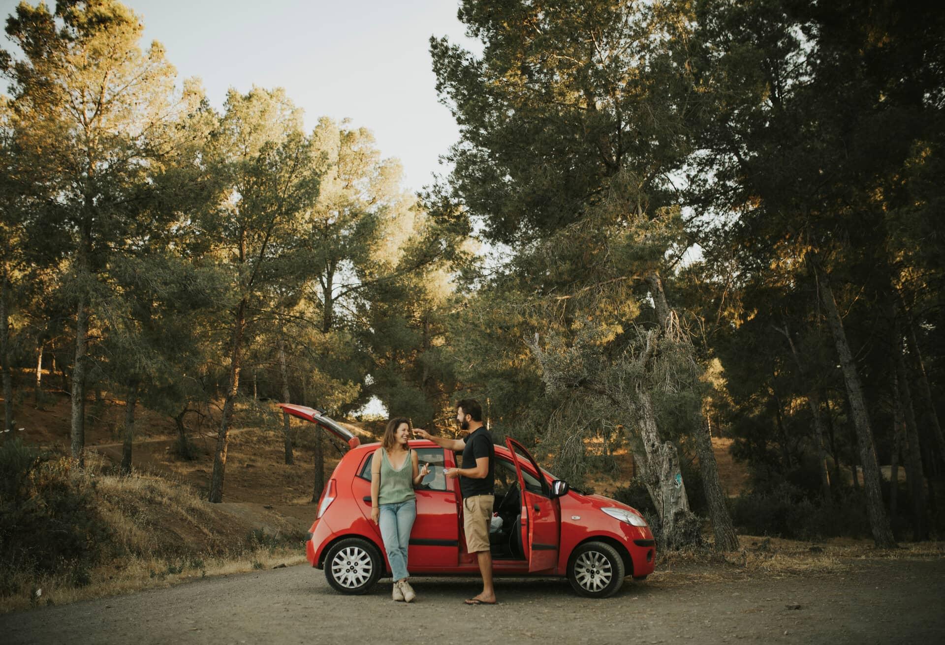 Par, der nyder solskinsvejret, på bilferie i Spanien.