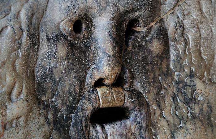 Sandhedens mund – en af Roms mest populære turistattraktioner, afventer dit besøg.