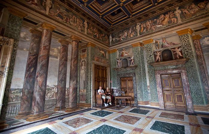 Panoramisk renæsancekunst indenfor i Villa Farnesina. © prilfish