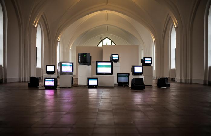 Kunstinstallation med TV-apparater i Nikolaj Kunsthal