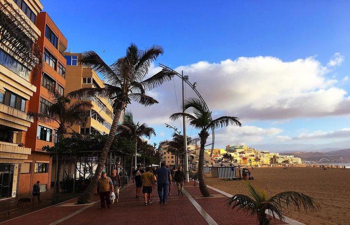 Promenaden langs Las Canteras-stranden i Las Palmas de Gran Canaria lokker med butikker, barer og restauranter