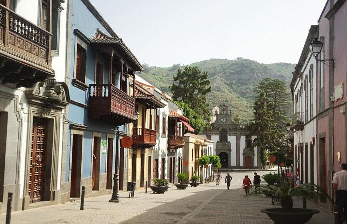 Farverige huse og træaltaner i bjerglandsbyen Teror, Gran Canaria
