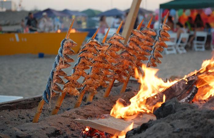 Friskgrillede sardiner - en lokal delikatesse serveret direkte på stranden