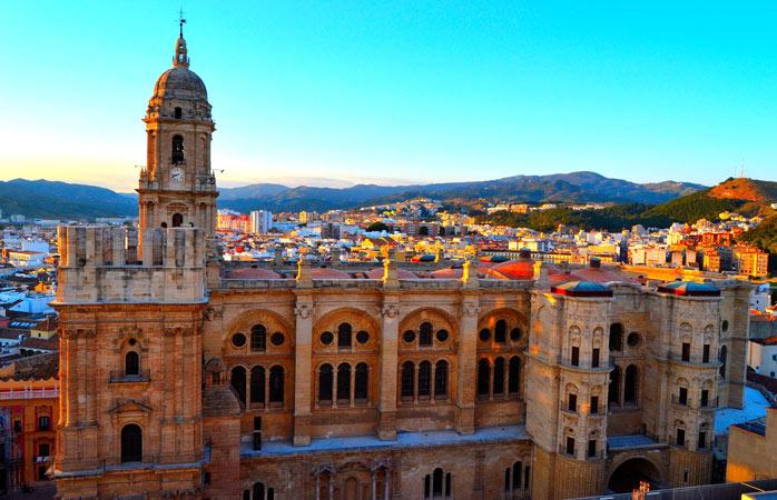Solen kaster sin glød over La Manquita, den ettårnede katedral