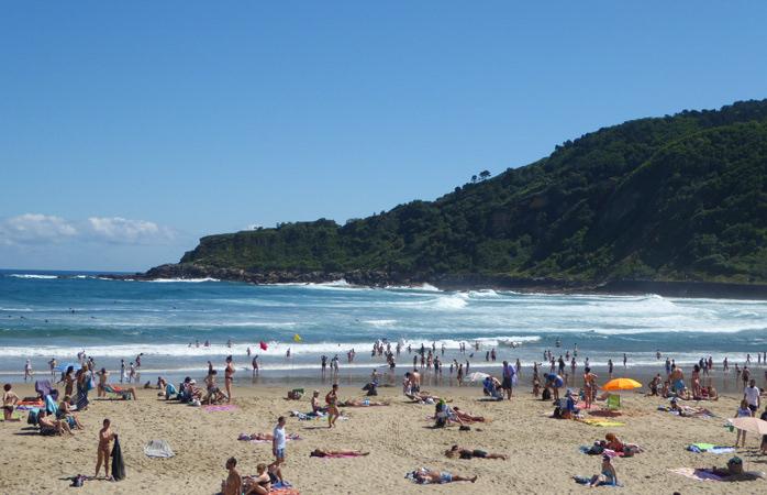 Nyd det glade strandliv på en af San Sebastiáns berømte strande