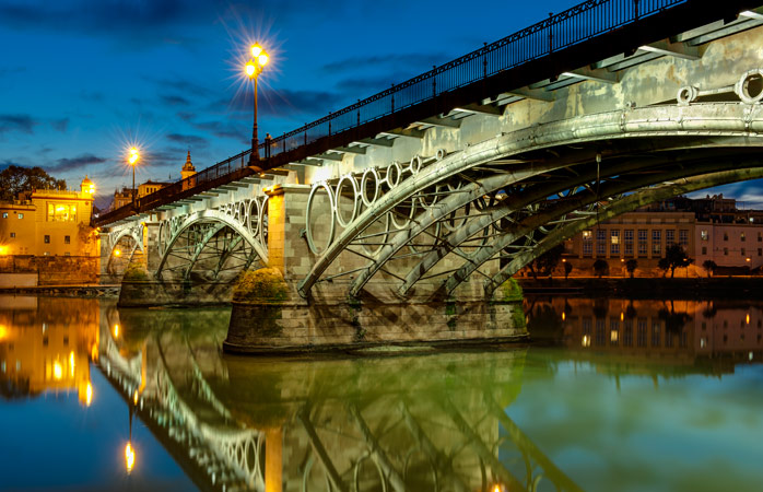 Broen Puento Isabel II forbinder byen med den farverige bydel Triana, der er hjemsted for en række solide tapasbarer