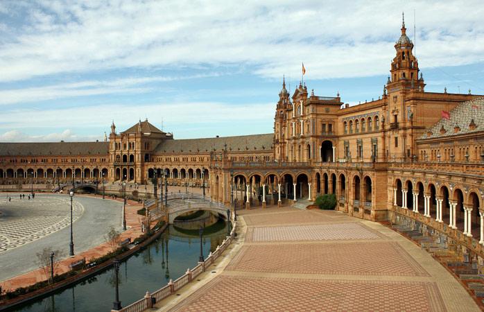 Plaza de España er på størrelse med fem fodboldbaner og er en af de mest imponerende seværdigheder i Sevilla