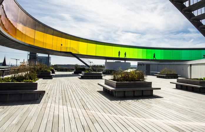 Stærke farver og fugleperspektiv over byen ved ARoS