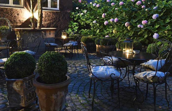 Snup et velfortjent hvil i den hyggelige gårdhave tilhørende Villa Provence