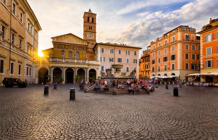 Trastevere nærmest inviterer til. at du nyder omgivelserne med en espresso eller et glas vin