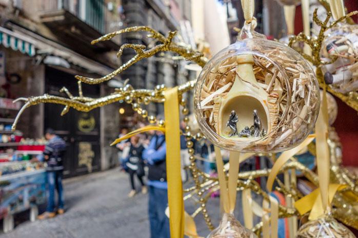 Små figurer afbilder krybbespillet på Napolis julemarked