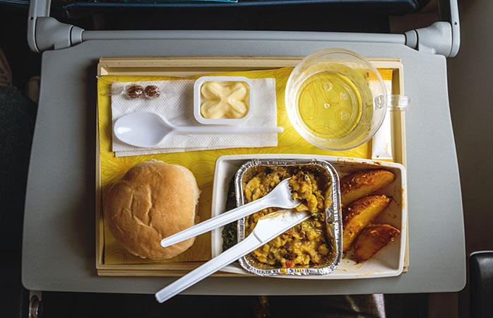 Et flymåltid er ofte lig med engangsservice i plastik