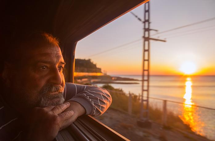 https://www.momondo.dk/discover/wp-content/uploads/sites/154/2020/01/Train-man-looking-out-window-1.jpg